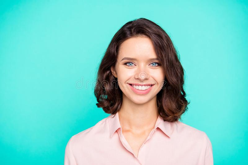 Nahaufnahmeporträt des netten netten heitren entzückenden attraktiven charmi stockbilder