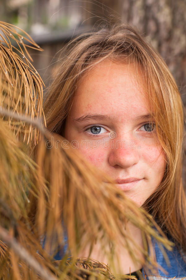 Nahaufnahmeporträt des netten langhaarigen jugendlich Mädchens stockfotografie