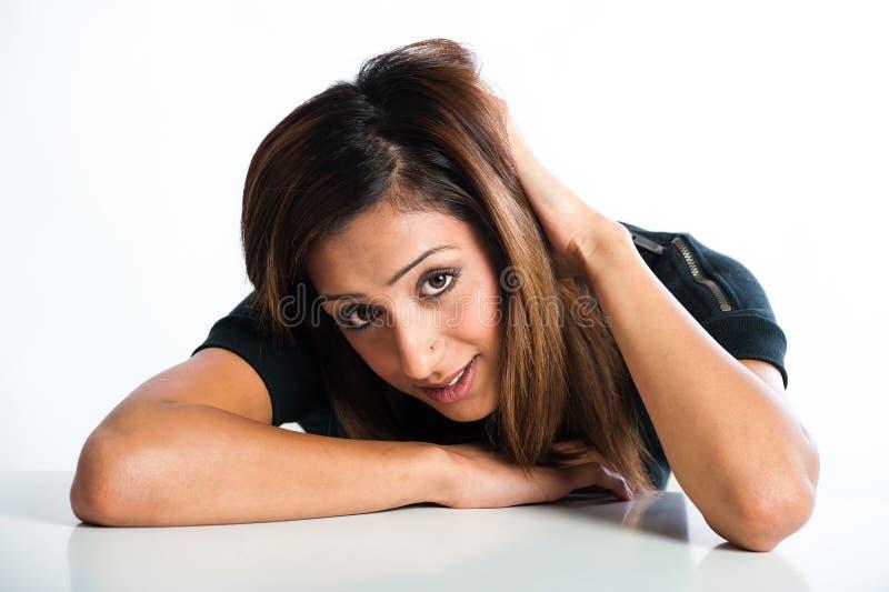 Nahaufnahmeporträt des neuen, schönen jungen asiatischen indischen Modells lizenzfreies stockbild