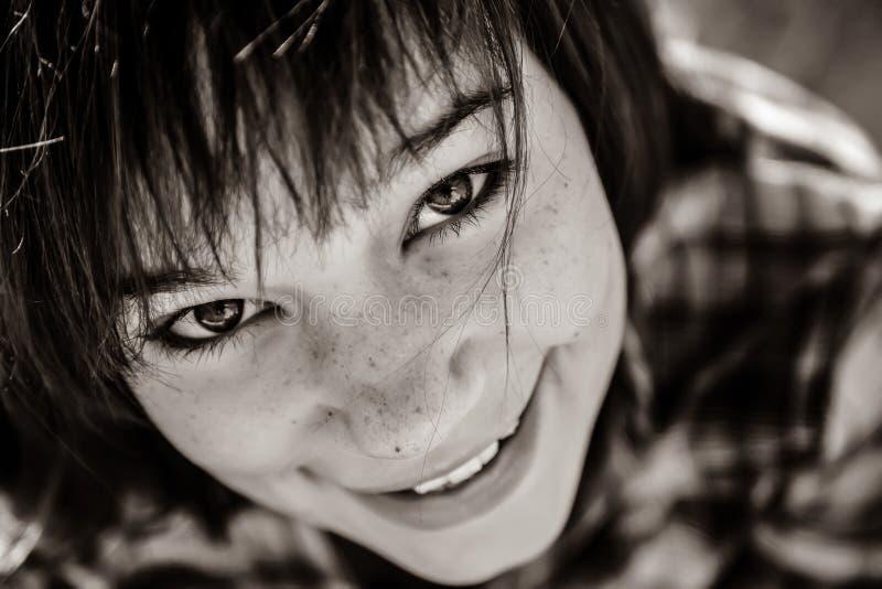Nahaufnahmeporträt des schönen Brünettemädchens lizenzfreie stockbilder