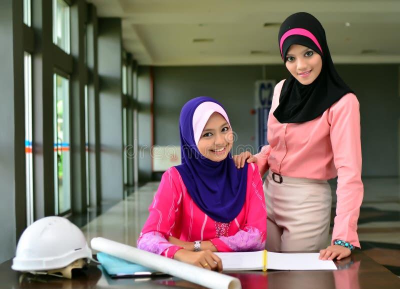 Nahaufnahmeporträt des schönen jungen asiatischen Studenten studieren zusammen stockfoto