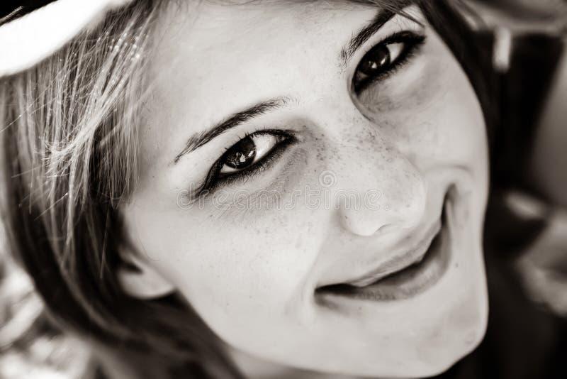 Nahaufnahmeporträt des schönen Mädchens lizenzfreie stockfotografie