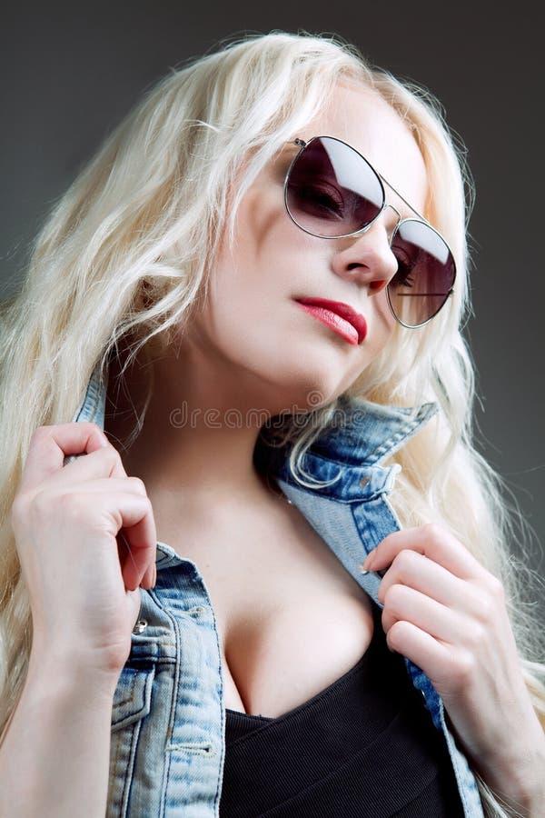 Nahaufnahmeporträt des schönen Mädchens in der Sonnenbrille. stockbild