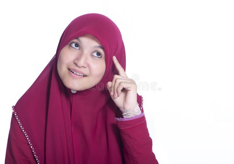 Nahaufnahmeporträt des schönen moslemischen Mädchendenkens in weißem mit buntem Kranz auf Kopf lizenzfreie stockbilder