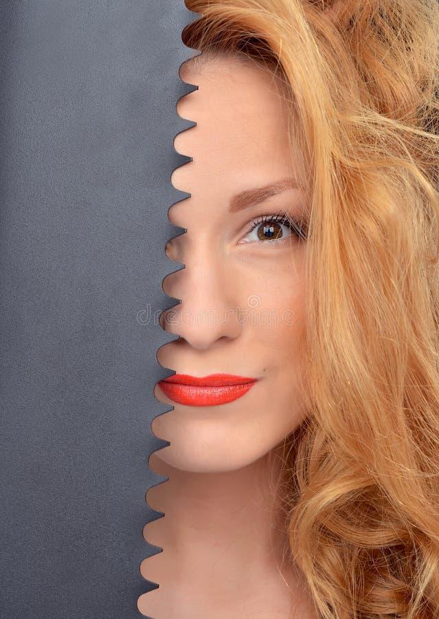 Nahaufnahmeporträt des sexy Bauarbeiters der jungen Frau der Mode stockbilder