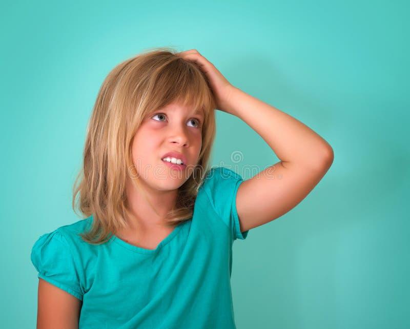 Nahaufnahmeporträt des traurigen, betonten, durchdachten kleinen Mädchens, voll von den Sorgen, schauend zur Seite, lokalisiert a lizenzfreies stockbild