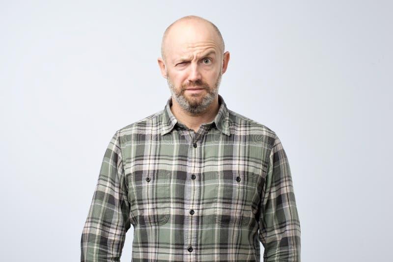 Nahaufnahmeporträt des verärgerten reifen Mannes, den Nervenzusammenbruch ungefähr haben, lokalisiert auf grauem Wandhintergrund lizenzfreie stockfotografie