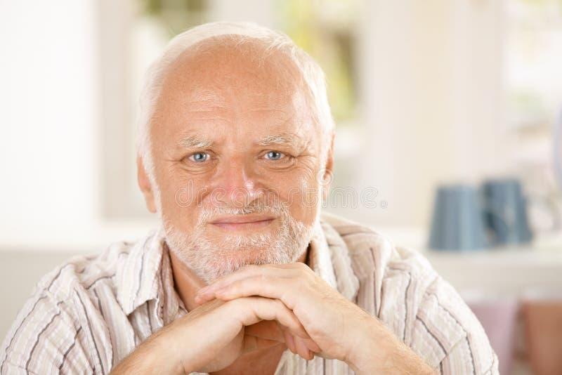 Nahaufnahmeporträt des zufriedenen Seniors stockfotografie