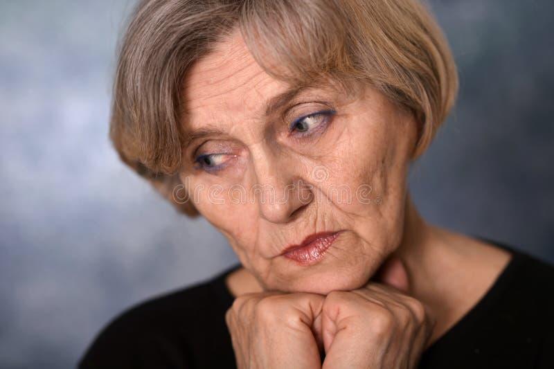 Nahaufnahmeporträt einer denkenden älteren Frau lizenzfreies stockbild