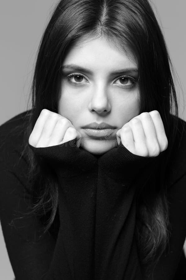 Nahaufnahmeporträt einer durchdachten Frau stockfotos