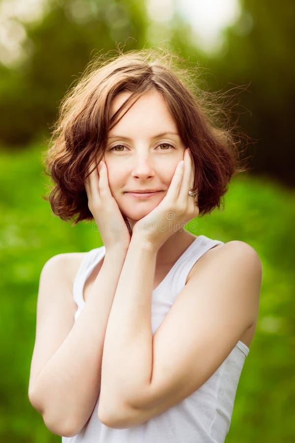 Nahaufnahmeporträt einer entzückenden jungen Frau im Wald, Feld lizenzfreies stockbild