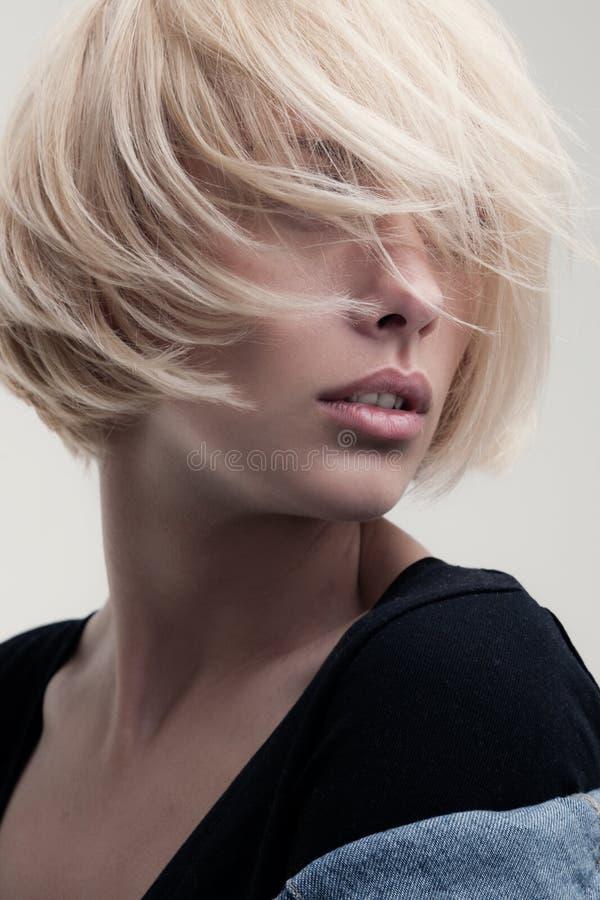 Nahaufnahmeporträt einer erstaunlichen blonden Schönheit lizenzfreie stockfotos
