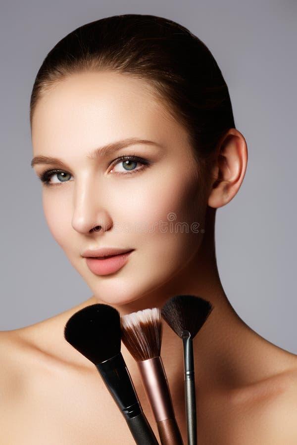 Nahaufnahmeporträt einer Frau, die trockenes kosmetisches Ton- foundati anwendet lizenzfreie stockbilder