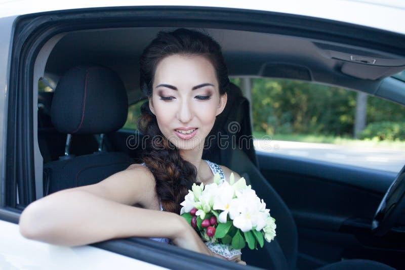 Nahaufnahmeporträt einer hübschen Braut im Autofenster stockbild