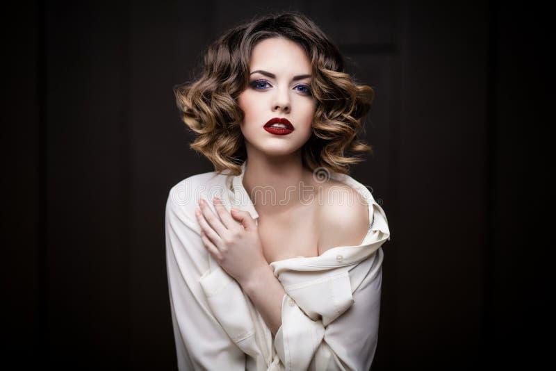 Nahaufnahmeporträt einer jungen Frau stockfoto