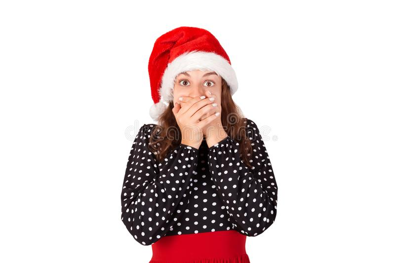 Nahaufnahmeporträt einer jungen Frau erschrocken und ängstlich mit breiten geöffneten Augen emotionales Mädchen im Weihnachtsmann lizenzfreies stockbild