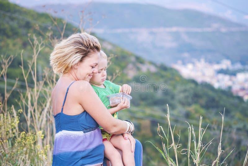 Nahaufnahmeporträt einer jungen schönen Mutter mit ihrem kleinen Sohn stockfotos