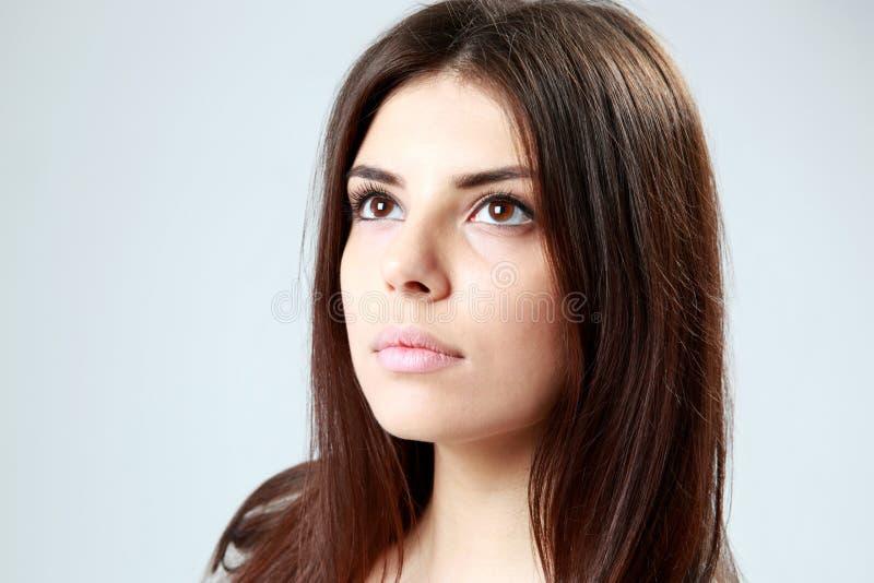 Nahaufnahmeporträt einer jungen Schönheit, die oben schaut stockfotos