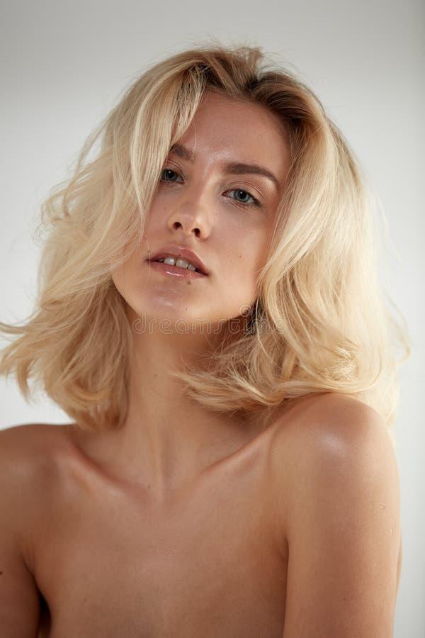 Nahaufnahmeporträt einer kaukasischen nackten Blondine stockbild