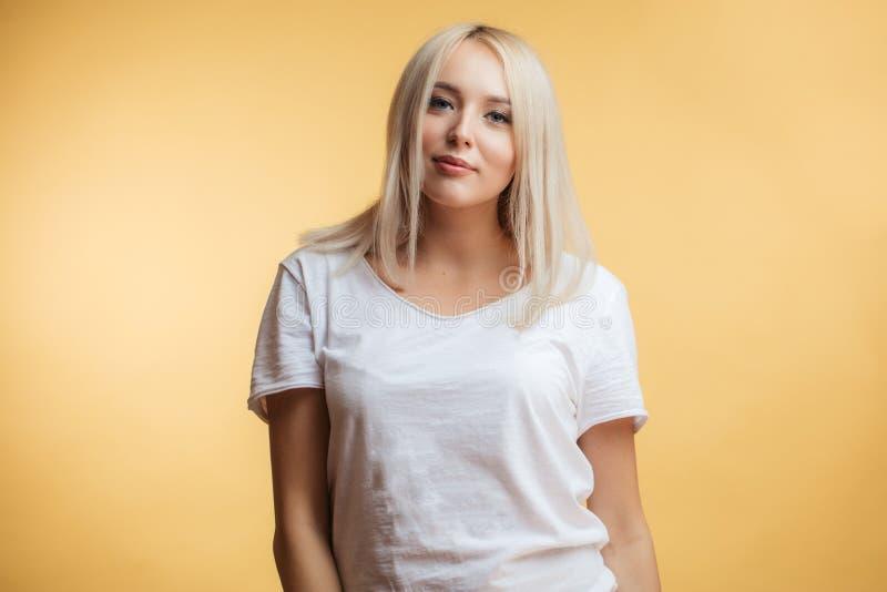 Nahaufnahmeporträt einer schönen Blondine in einem weißen T-Shirt stockfotos