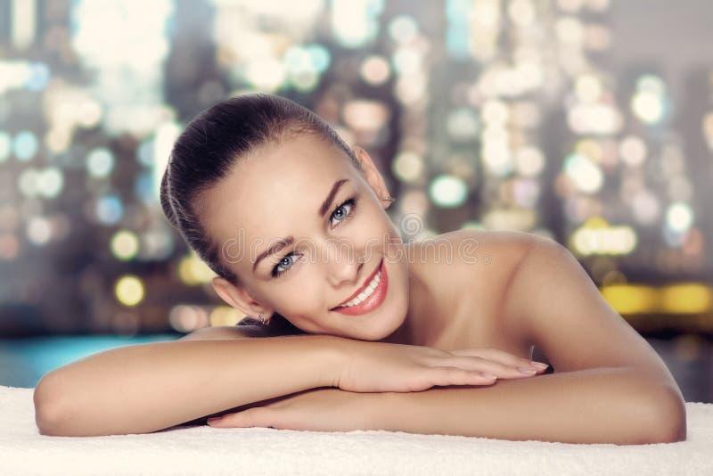 Nahaufnahmeporträt einer schönen jungen Frau mit perfekter Haut lizenzfreie stockfotos