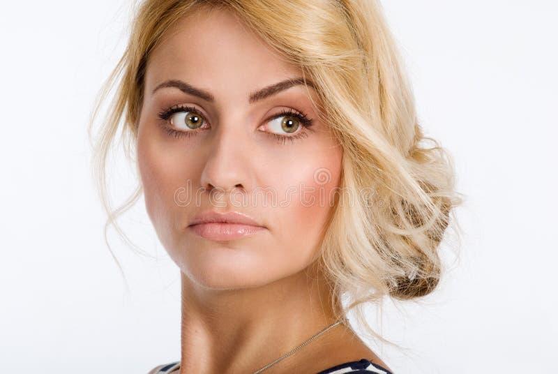 Nahaufnahmeporträt einer Schönheit mit der sauberen Haut, die weg lokalisiert schaut lizenzfreies stockbild