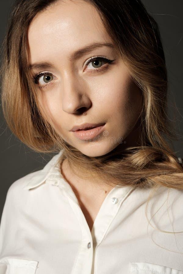 Nahaufnahmeporträt eines blonden Untersuchung des jungen Mädchens die Kamera lizenzfreies stockbild