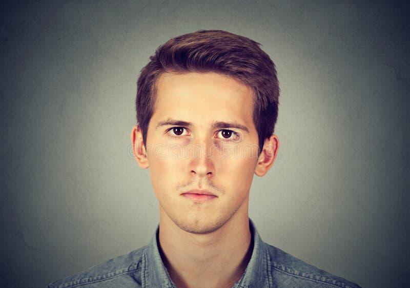 Nahaufnahmeporträt eines ernsten Mannes stockfotos