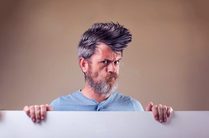 Nahaufnahmeporträt eines erwachsenen Mannes mit einem Bart und des Irokesen stockbild