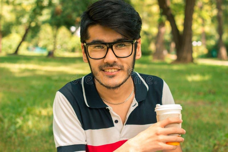 Nahaufnahmeporträt eines glücklichen schönen Kerls in den Gläsern lizenzfreie stockfotografie
