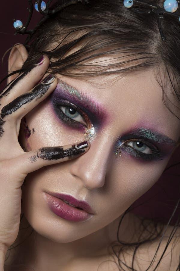 Nahaufnahmeporträt eines jungen Mädchens mit kreativem Make-up der Mode stockfotos