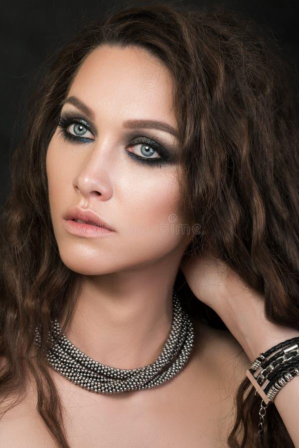Nahaufnahmeporträt eines jungen Mädchens mit kreativem Make-up der Mode lizenzfreie stockbilder