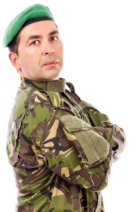 Nahaufnahmeporträt eines jungen Soldaten mit den Armen gefaltet stockfotos