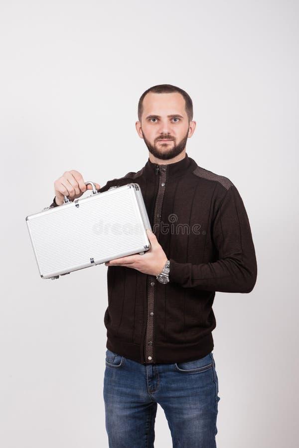 Nahaufnahmeporträt eines jungen zufälligen Mannes, der weg von der Kamera schaut lizenzfreie stockbilder
