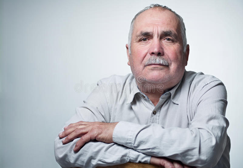 Nahaufnahmeporträt eines kaukasischen älteren Mannes mit dem Schnurrbart lizenzfreie stockfotos