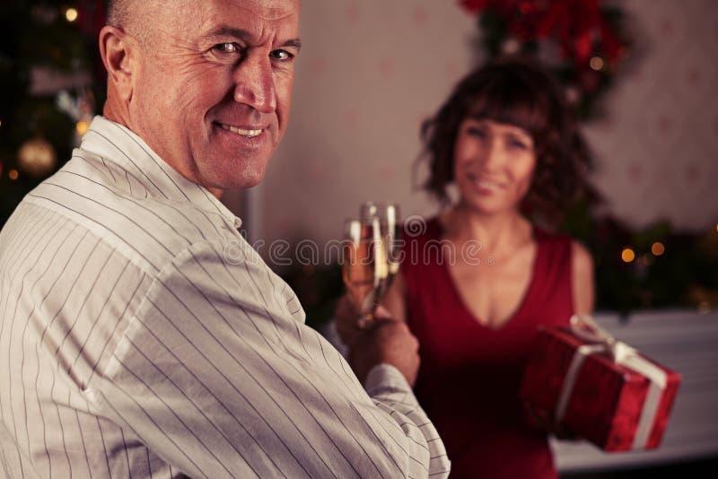 Nahaufnahmeporträt eines lächelnden attraktiven älterer Mann Drehenhea stockbild