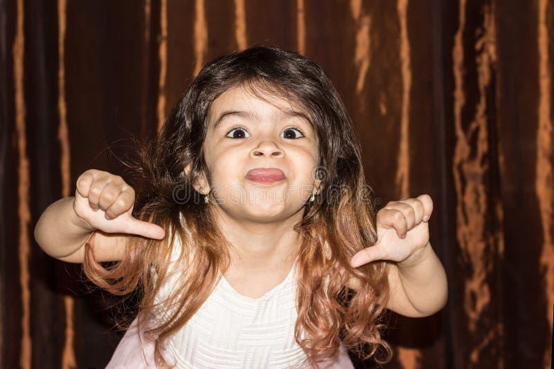 Nahaufnahmeportr?t eines M?dchens mit dem gelockten Haar Emotionales Portr?t eines vierj?hrigen Kindes lizenzfreies stockbild