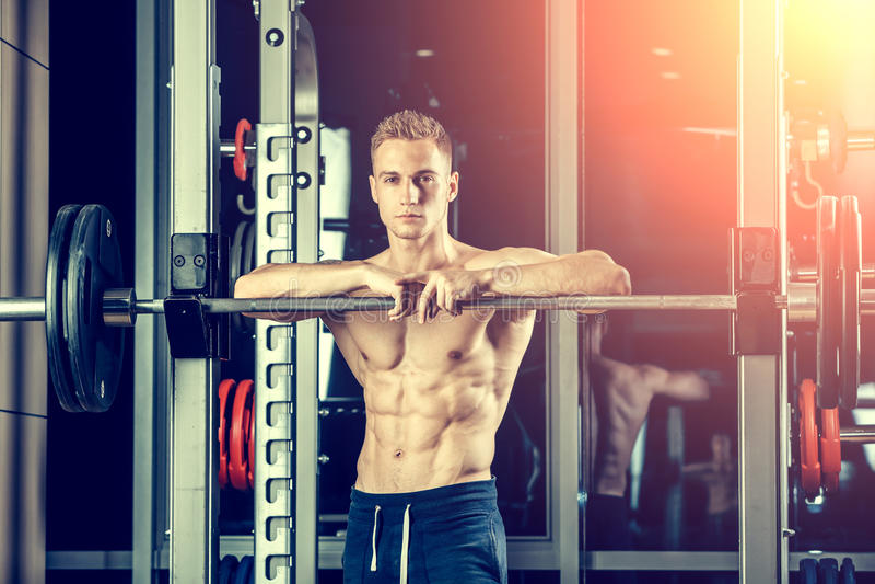 Nahaufnahmeporträt eines muskulösen Manntrainings mit stockbilder