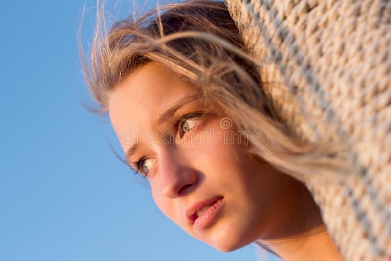 Recht jugendlich Mädchen draußen lizenzfreie stockfotografie