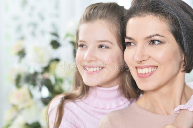 Nahaufnahmeporträt eines reizend Mädchens mit Mutter stockbild