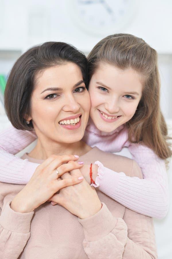 Nahaufnahmeporträt eines reizend Mädchens mit Mutter lizenzfreies stockfoto