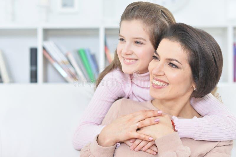 Nahaufnahmeporträt eines reizend Mädchens mit Mutter stockfoto