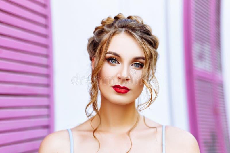 Nahaufnahmeporträt eines schönen Mädchens mit ausdrucksvollen Augen stockbilder