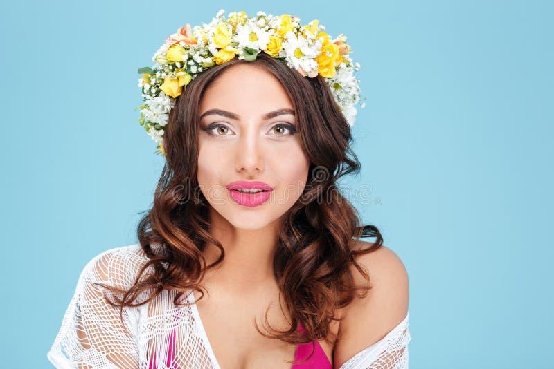 Nahaufnahmeporträt eines tragenden Blumendiadems des sexy Brunette stockbilder