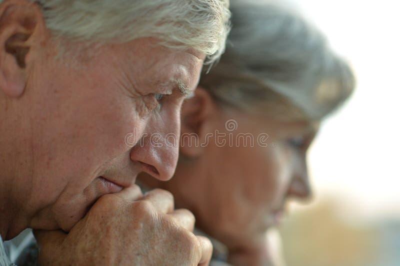 Nahaufnahmeporträt eines traurigen Ältestpaares lizenzfreies stockfoto