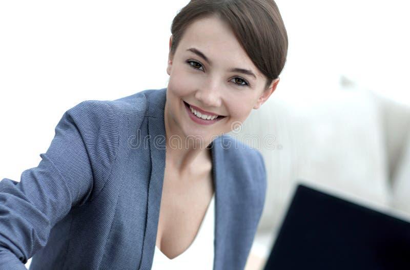 Nahaufnahmeporträt eines weiblichen Psychologen in ihrem Privatbüro stockfoto