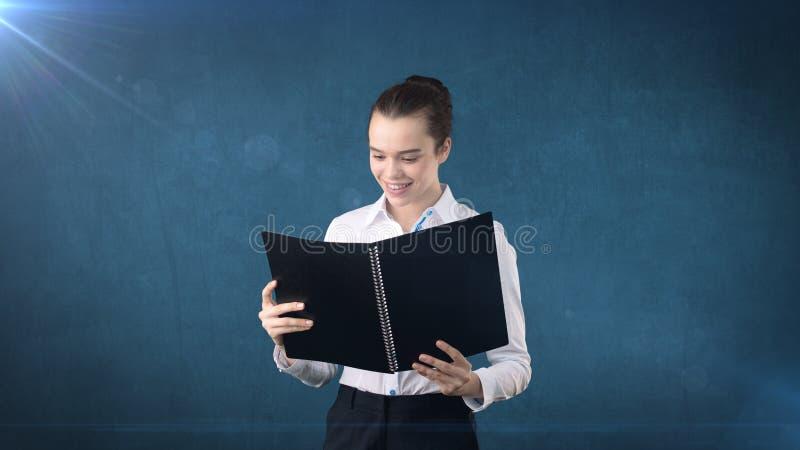 Nahaufnahmeporträt-Geschäftsfrau, der Finanzexperte, der Vertrag, die Anwendung, Dokument wiederholend hält, lokalisierte Hinterg lizenzfreie stockfotografie