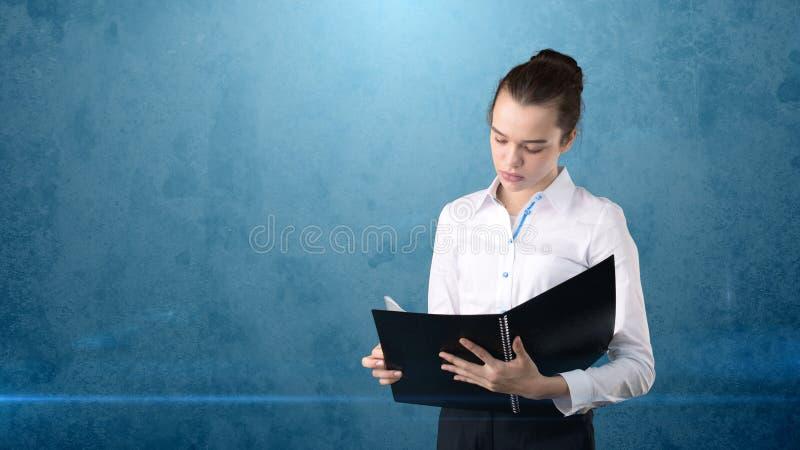 Nahaufnahmeporträt-Geschäftsfrau, der Finanzexperte, der Vertrag, die Anwendung, Dokument wiederholend hält, lokalisierte Hinterg stockbilder