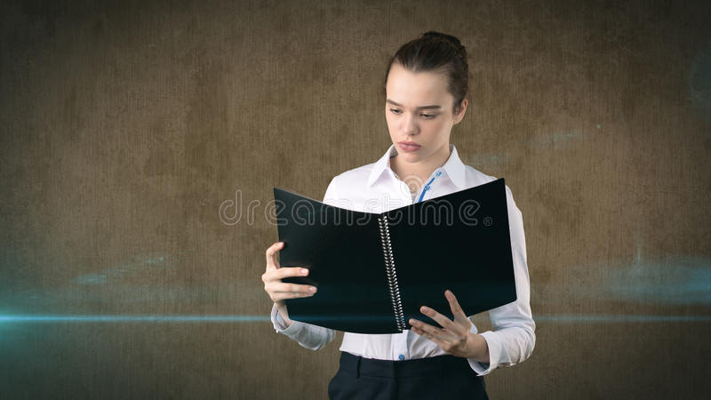 Nahaufnahmeporträt-Geschäftsfrau, der Finanzexperte, der Vertrag, die Anwendung, Dokument wiederholend hält, lokalisierte Hinterg lizenzfreies stockfoto