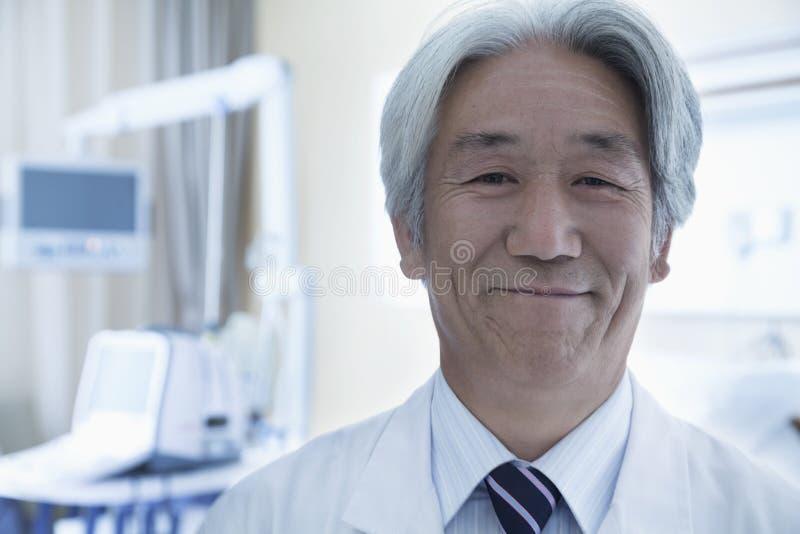 Nahaufnahmeporträt reifen männlichen Doktors im Krankenhaus stockbild